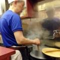 [新宿][ラーメン][つけ麺][焼きそば]頻繁にお湯を変え、小さな釜で泳がすように茹でられる自家製麺