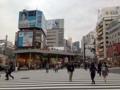 [新宿][ラーメン][つけ麺][焼きそば]思い出横丁を通り抜けた先の横断歩道を渡ってからふと振り返る