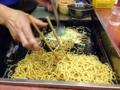 [新宿][ラーメン][つけ麺][焼きそば]入口付近に腰掛けると目の前で調理の様子を拝めます