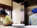 [用賀][ラーメン]厨房とホールを仕切るのは女性陣