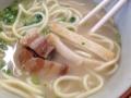 [沖縄][石垣島][沖縄そば][丼もの][定食・食堂]こうして豚肉だかまぼこを刻んだ具が乗り