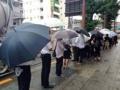 [神田][ラーメン][餃子][中華]オープン初日なんて雨降りなのに12時前で40人もの行列が