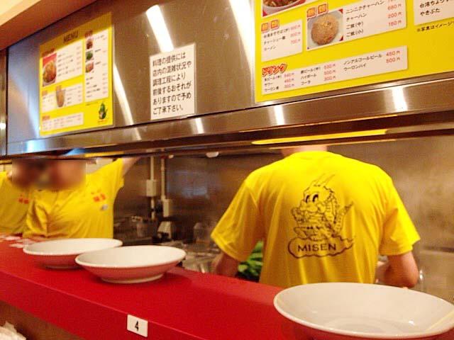 スタッフは黄色のオリジナルTシャツでお出迎え