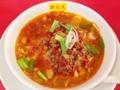 [神田][ラーメン][餃子][中華]斜め上から。一回り大きい敷き皿とレンゲを配備