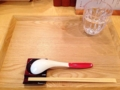 [巣鴨][ラーメン][つけ麺][ミシュラン]木製角型トレーにレンゲ、箸、箸置きの3点が登場