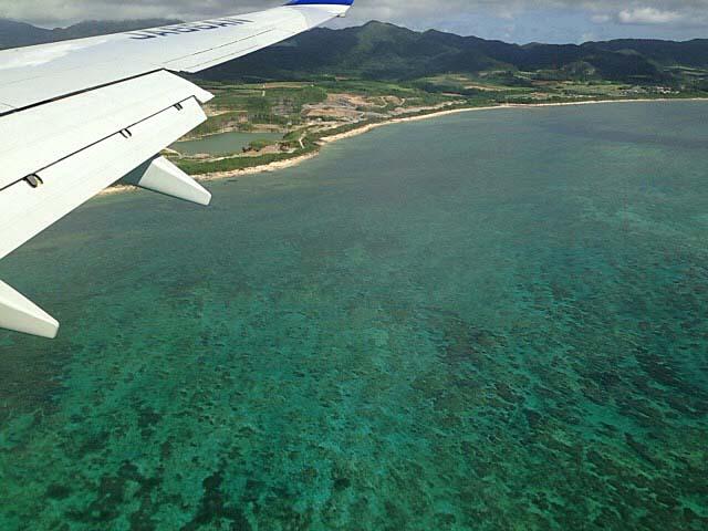 石垣島着陸寸前の飛行機機内より