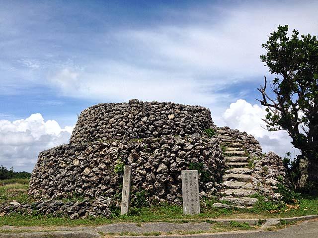 珊瑚石で作られた見張り台「コート盛」からは波照間島を眺望できる