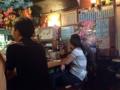 [沖縄][那覇][郷土料理][肉][居酒屋]入口左手にカウンター席、正面に2~3名掛けの丸テーブル2卓など