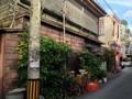 [沖縄][那覇][郷土料理][肉][居酒屋]30mほど進みますと左手にある古い木造家屋が「さかえ」