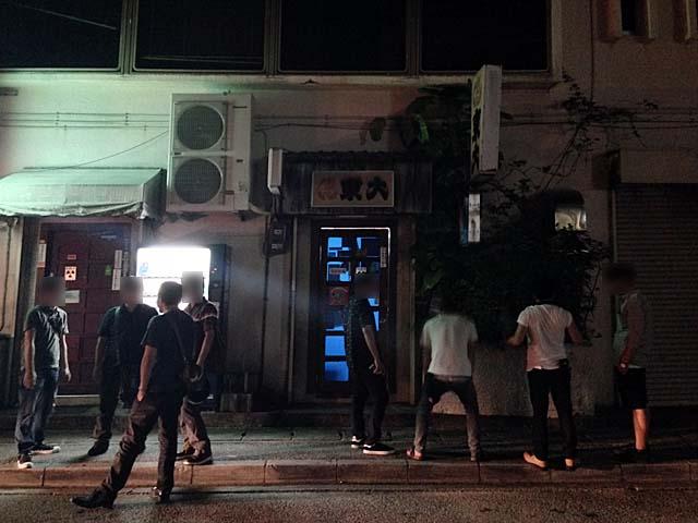 多くのお客さんで賑わいを見せる「おでん東大」前@沖縄県那覇市