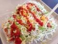 [沖縄][金武][郷土料理][中南米料理][タコライス]赤いソースをドバドバかけることで一気に興奮!