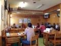 [沖縄][北谷][定食・食堂][郷土料理]カウンター5席、4名掛けテーブル席6卓、その奥に20名ほどの座敷席