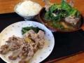 [沖縄][北谷][定食・食堂][郷土料理]でっかい塊2個分を平皿に移動してみても丼ぶりの盛りは健在