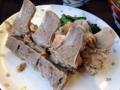 [沖縄][北谷][定食・食堂][郷土料理]裏返すと普段見慣れない無骨な豚骨と分かります