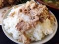 [沖縄][北谷][定食・食堂][郷土料理]フレーク状の豚肉をアツアツごはんに乗せてパクリ!たまんねー