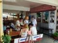 [沖縄][南城][奥武島][天ぷら]イートインスペースで天ぷらを意気揚々と広げるお父さん