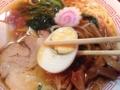 [新宿][ラーメン][肉まん]この手のスープにはゆでたまごがバッチリはまります