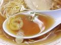 [北千住][ラーメン][焼きそば][餃子][カレー]琥珀色の鶏ガラ醤油スープに浮かぶ刻みネギ