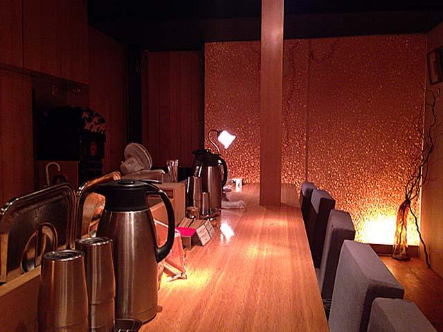 間接照明が効いた穏やかな空間@西麻布「楽観 NISHIAZABU GOLD」