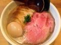[方南町][ラーメン][ビール][肉]具はピンクい豚チャーシュー、海苔、味付玉子、刻みネギ。穂先メンマ
