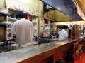 [浅草][ラーメン][餃子][丼もの]淡々と料理を作ったり仕込みを続ける従業員