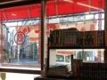 [神保町][ラーメン][チャーハン][餃子][中華]入口そばの本棚には渋い漫画やら雑誌が並べられております