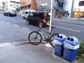 [三田][田町][ラーメン][ラーメン二郎]「ラーメン二郎 三田本店」前に駐輪するロードバイク