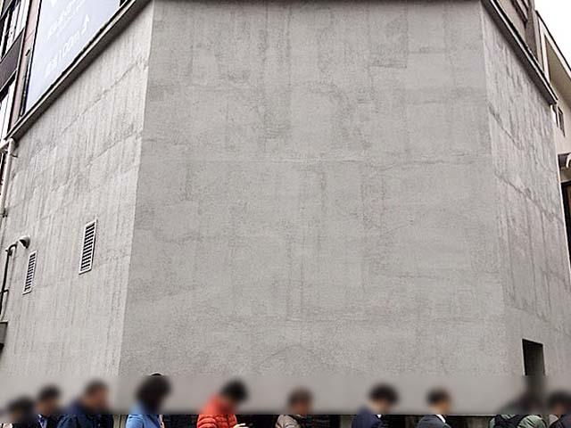 蕎麦屋どころか飲食店にすら見えないオールホワイトな外壁