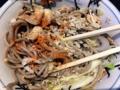 [大手町][蕎麦][肉]卓上の天かすや唐辛子をまぶして新鮮な食感と味わいをプラス