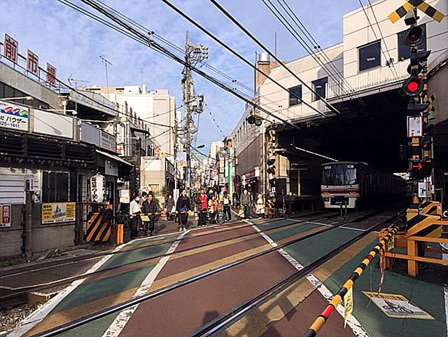 京王線・下高井戸駅西口出たところの踏切