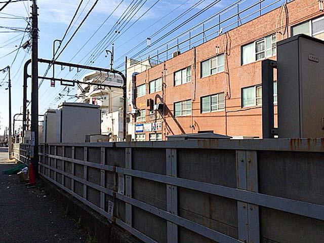 通りを挟んで目の前すぐに京王線の線路