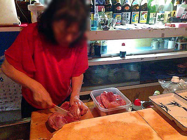 目の前でさばかれる新鮮な山羊の生肉@沖縄県那覇市「さかえ」