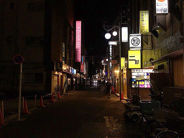 きらびやかなネオンが点在する新宿歌舞伎町