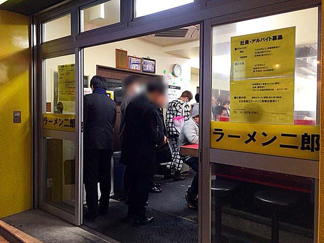 運良く空席なら券売機で食券買って着席、満席なら並びます@「ラーメン二郎 新宿歌舞伎町店」
