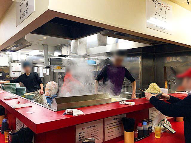 増し増しコールをする常連さん@「ラーメン二郎 新宿歌舞伎町店」