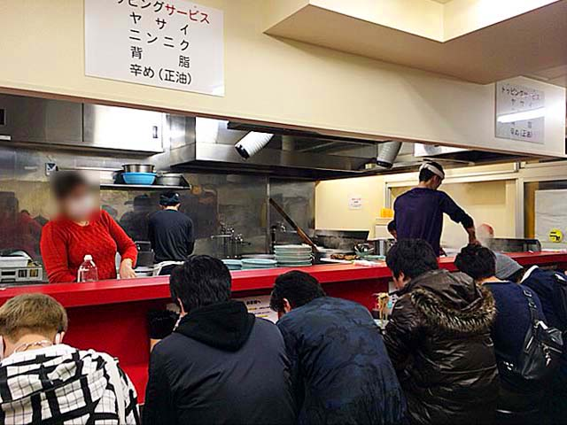 L字型カウンター14席のみ@「ラーメン二郎 新宿歌舞伎町店」