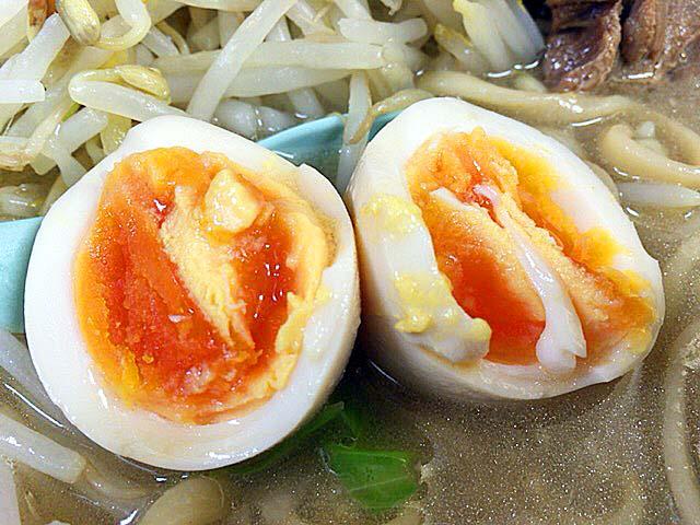 「ラーメン二郎 新宿歌舞伎町店」のブタW味玉子野菜ニンニク
