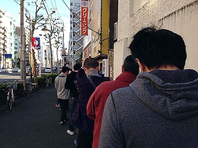 有名ラーメン店には黙々と並ぶ、そんな文化を後世に伝えるであろう求道者達