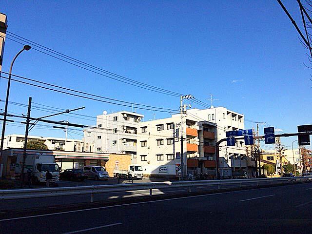 澄み切った青梅街道から見る青空