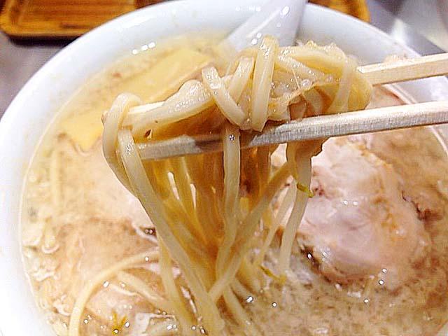 より多くの背脂をまとうことでなめらかさに磨きのかかった中太ストレート麺@千駄ヶ谷「ホープ軒」