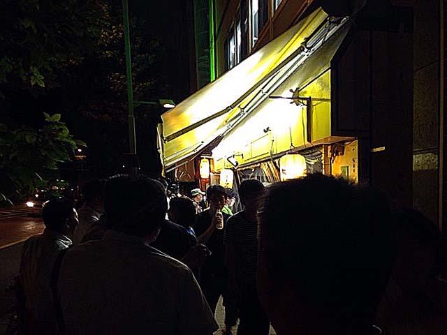 多くのスポーツ観戦客で賑わう夜の千駄ヶ谷「ホープ軒」