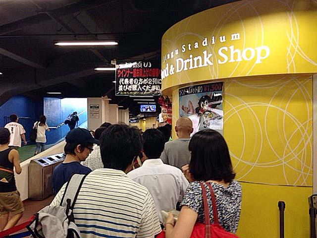 大行列が目印、神宮球場18番ゲートの鉄板焼き専門店「ルウジャパン」