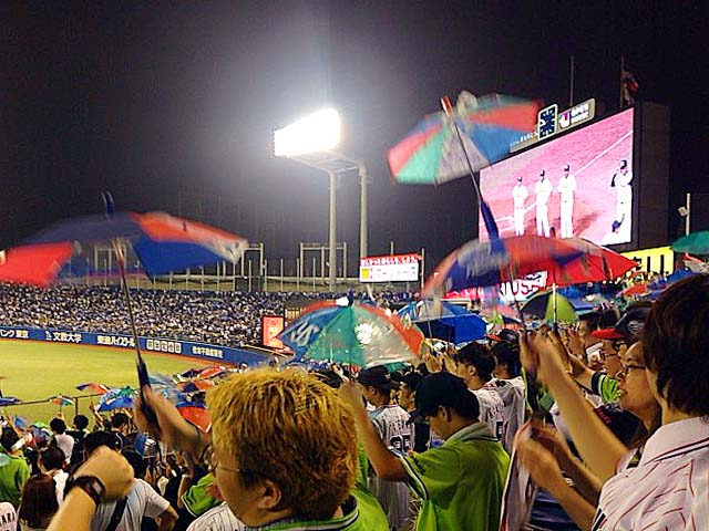 神宮球場ライトスタンドで盛り上がるスワローズファン
