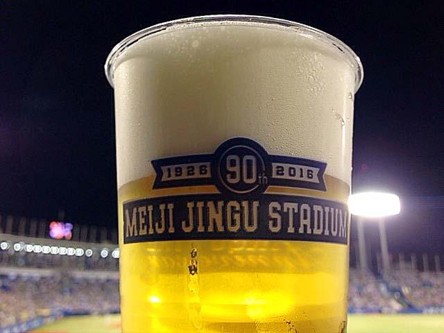 神宮球場の目玉イベント「生ビール半額ナイター」