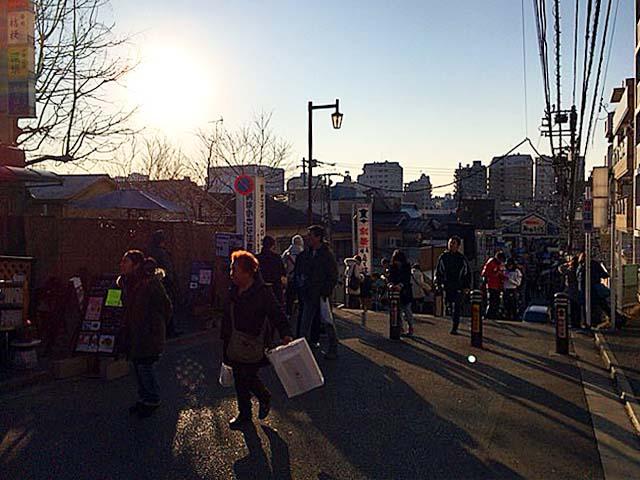 日暮里駅から谷中銀座に向かう途中にある名所「夕やけだんだん」