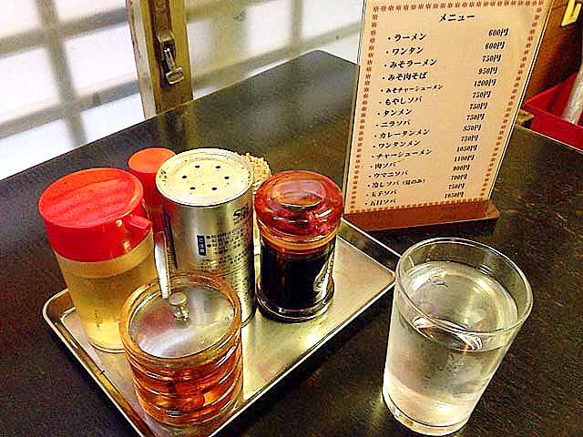 安心の定番調味料とメニューと水@谷中「一力」