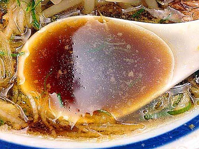 琥珀よりも深い色合いの醤油スープ@千駄木「神名備」