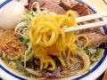 [千駄木][西日暮里][ラーメン][丼もの][菓子]若干醤油色に染まったコシのある中太縮れ麺をズビズバ