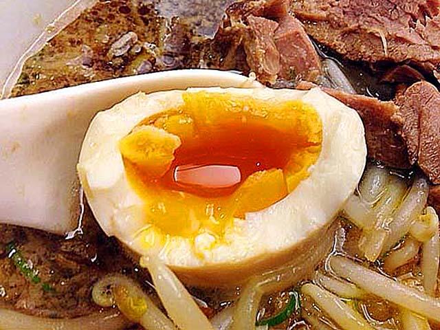 煮玉子の仕上がりも良好そのもの@千駄木「神名備」