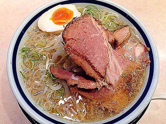 醤油よりも色素薄めなスープの塩ラーメン@千駄木「神名備」